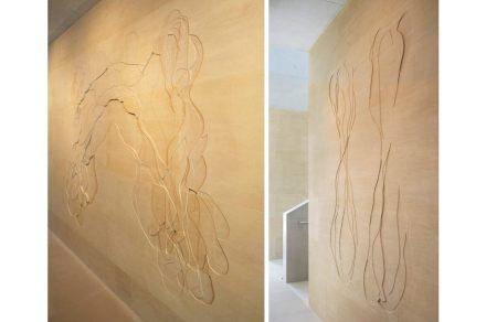 La pared se encuentra a lo largo de un corredor en la parte posterior del auditorio. Se han utilizado 104 placas de piedra caliza francesa Pierre de Jaumont en diversos tamaños.