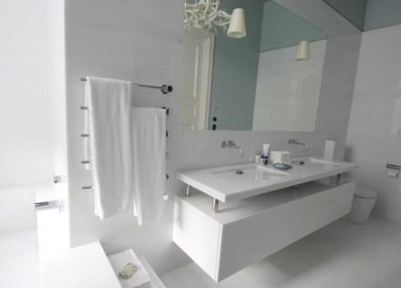 Insgesamt gehören 3 Badezimmer zu der Wohnung: ein weiteres in weißem Laaser Marmor...