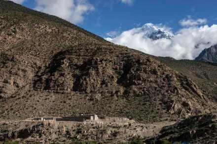 Nuestra imagen muestra el Nilgiri norte en el Himalaya, a 7061 m de altura en el macizo del Annapurna. Pero nuestro artículo no trata sobre esa montaña sino sobre el pequeño edificio en al foto abajo a la izquierda.