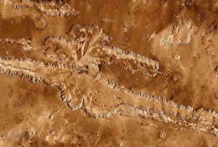 Die Valles Marineris auf dem Mars, 4000 km lang und bis zu 8 km tief. Foto: NASA / JPL-Caltech / Arizona State University