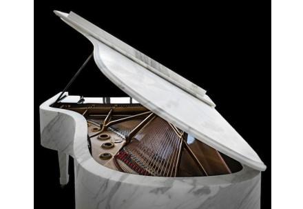 """""""M-Piano"""", piano a coda della ditta Steinway & Sons con rivestimento in Calacatta marmo (spessore da 1a 3 cm), 550 kg."""