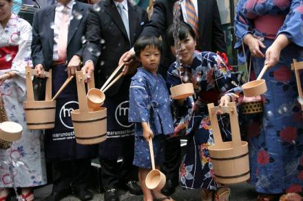 Five-year old Seiyu Whang participates in New York City's first ever Uchimizu ceremony on Madison Avenue in summer 2009. Photo: © Rubenstein, photographer Martyna Borkowski / Wikimedia Commons