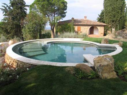 La pietra naturale utilizzata è il Travertino locale Becagli, prodotto nelle vicinanze della sede aziendale a Rapolano Terme.