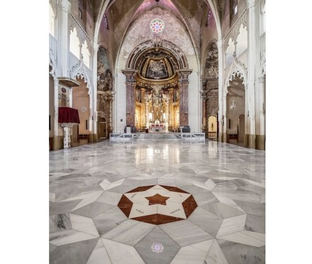 Uma das estrelas está decorada com mármore vermelho Rojo Alicante. Suas cinco pontas mostram os alinhamentos ou linhas de edificação do prédio.