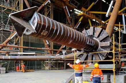Pilar de uma turbina eólica. A pilastra facilita o engaste das estacas no solo. Foto: Doti / Matthias Ibeler