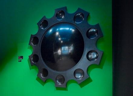 """Spiegel aus hochglänzendem schwarzem Stein, den der italienische Designer Raffaello Galiotto in der Schau """"Luce e Materia"""" auf der Marmomacc 2011 gezeigt hatte. Foto: Raffaello Galiotto"""