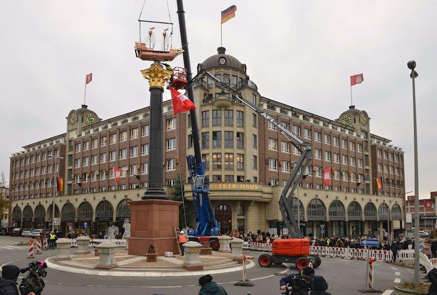 Neues Störtebeker Denkmal mit Granitsäule in Hamburg