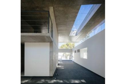 Na verdade, a arquitetura é um estudo sobre os recortes temáticos em paredes e lacunas na fachada: eles são alongados no telhado...,