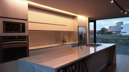 Marble defines the kitchen area with its open kitchen counter.