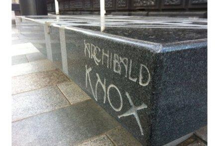 Outro banco lembra Archibald Knox, que viveu entre 1864 e 1933.