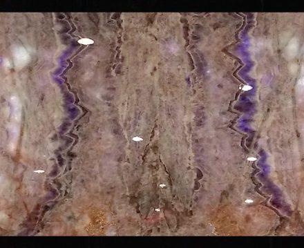 """""""Amestiste"""" se llama esta piedra del estado federal de Ceará. La naturaleza ha incorporado en el granito una piedra semipreciosa. El precio está sobre los 1400 dólares por el metro cuadrado de una placa de 2 cm de grosor. La piedra la extrae la empresa Nova Aurora Granitos, de Espírito Santo."""