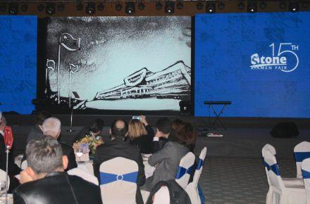 Nuestra foto muestra el edificio principal de la feria representado en la arena.