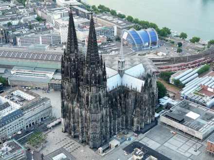 Der Kölner Dom mit Domplatte, Hauptbahnhof und Römisch-Germanischem Museum (rechts). Foto: Neuwieser / Wikimedia Commons