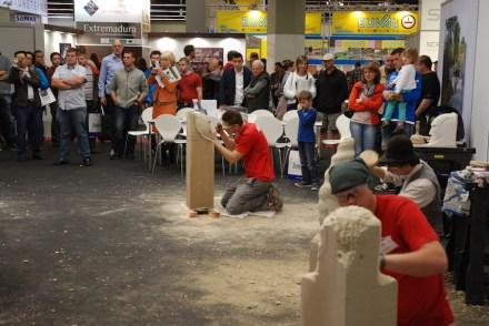 Großes Zuschauerinteresse gab es beim Nachwuchswettbewerb der Steinmetze und Steinbildhauer auf der Stone+tec 2013. Foto: BIV