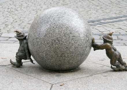 Die Menschenzwerge bewegen den Planeten, zumindest sein Klima. Das scheint festzustehen. Kann Naturstein helfen, die Lebensbedingungen erträglich zu gestalten? Figuren auf einem Platz in Wrocław (Breslau), Polen.