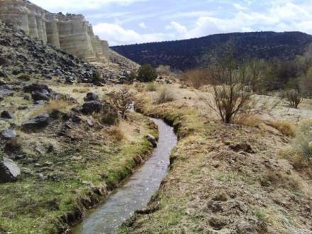 """""""Mamanteos"""" oder """"Amunas"""" heißen die aus Stein gemauerten Kanäle in der Landessprache. Foto: Condesan"""