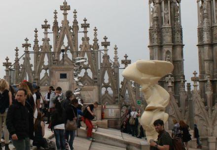 Para a Expo a administração da catedral (Veneranda Fabbrica del Duomo) convidou o artista Tony Cragg a criar obras para uma exposição na parte do telhado da igreja que é acessível ao público. Foto: Peter Becker