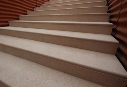 Foi utilizado mármore amaciado e jateado, entre outros locais para as escadas internas e externas, no piso e nas dependências do Emir. Foto: Cristian Iotti