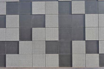 Die Fassade ist mit Basaltplatten einer einzigen Größe (91,7 x 91,7 cm) verkleidet, so dass man in ihr durchaus ein hochaufgelöstes Pixelmuster sehen kann.