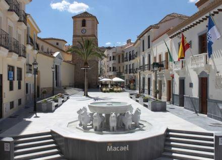 Marmoturismo en la región de Macael: Copia de la Fuente de los Leones de la Alhambra en la ciudad de Macael, Plaza de la Constitución.