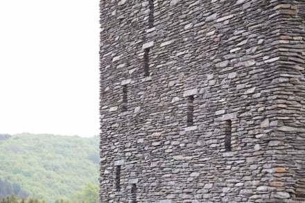L'edificio con finestre come feritoie su tre lati da già ora l'impressione di essere caduto fuori dal tempo.