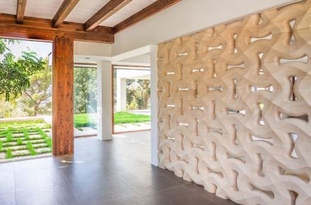 The second eye-catcher is the stone wall on the interior separating dining and living area.