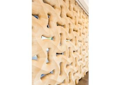 """Geliefert hat die Steinwand mit dem Produktnamen """"Traccia"""" die italienische Firma Lithos Design."""