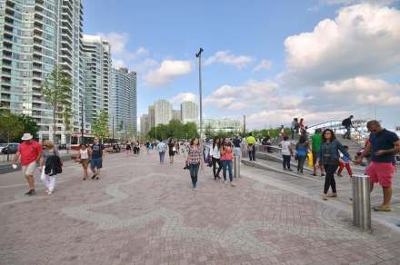 Per il marciapiede più largo sul lato dell'acqua, gli architetti hanno preso la sagoma della foglia dell'acero canadese come elemento creativo.