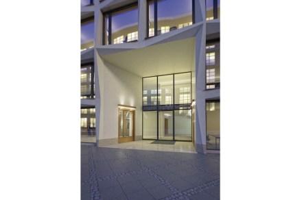 La entrada ofrece un conjunto de quatro campos de fachada y se encuentra, además, algo rezagada y con un ligero ángulo.