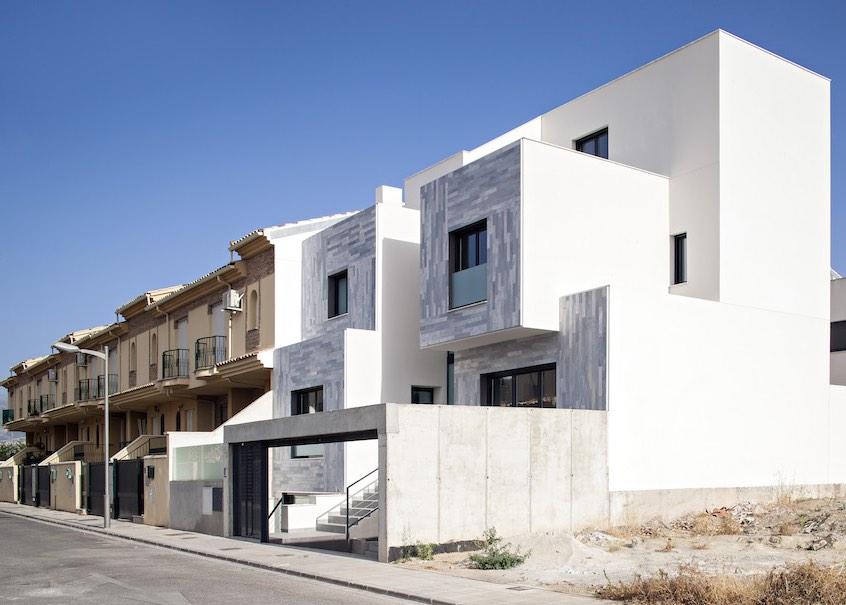 Una casa adosada en España con una fachada de mármol inusual en ...