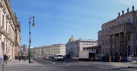 Das Schloss - Humboldtforum, virtuell in die Berliner City gestellt. Links das Zeughaus an der Straße Unter den Linden, rechts vorne das Kronprinzenpalais.