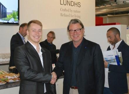 Il presidente Wonasa Heikki Palin (destra) si congratula con Tomáš Livnanský, premiato 2° del concorso degli studenti di architettura.