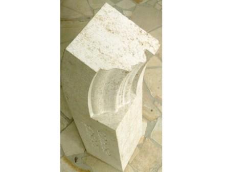 4. Platz, Fachrichtung Steinbildmetz: Simon Mühlbauer, Gewändeteil mit eingearbeitetem Gesichtsprofil und Inschrift.