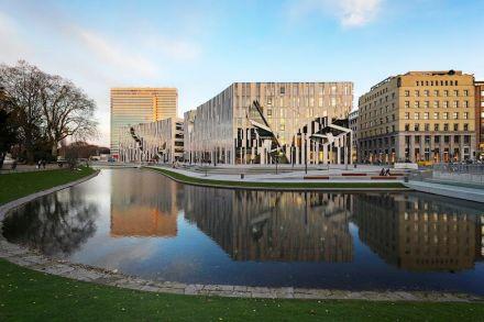 O arquiteto foi confrontado com a tarefa de valorizar uma área anteriormente pouco atraente. Libeskind realizou isso tudo através de sua - costumeira - criação de fachadas incomuns. Foto: Kirscher Fotografie.