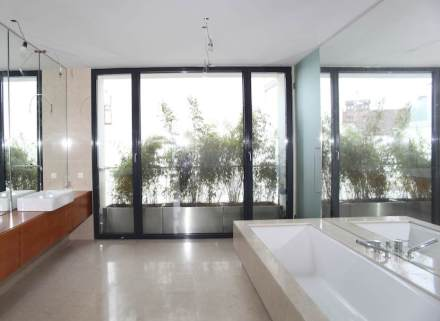 Viel zu tun gibt es für Steinmetze rund um die Badewanne oder auf dem Fußboden bei der Modernisierung von Bädern.