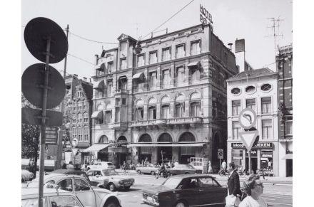 Antigamente havia em seu local um hotel nobre e - na foto ao lado, à direita - um prédio estreito. Uma passagem que atravessava o terreno dividia ambos.