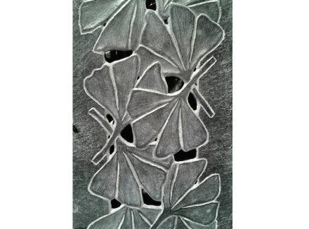 ...de vez en cuando, se ven hojas que casi no se pueden distinguir de las plantas reales, como el gingko de esta foto.