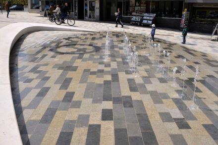 An den Fontänen am Elbenplatz am Fuß der Altstadt zeigt sich sehr schön, wie Wasser die Farbigkeit der Steine verstärkt. Foto: Besco