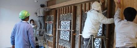 En uno de los muros con pedernal inglés se han incluido 3 paneles con diversos patrones en obsidiana.