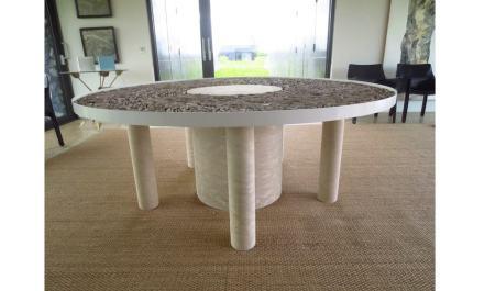 El soporte de la mesa es de creta.