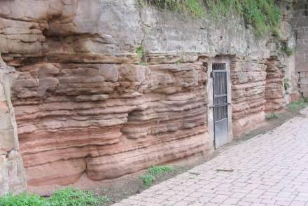 Sand, der es zum Festgestein schafft, wird im Regelfall zum Sandstein. Das Foto zeigt Felsenkeller in Stadtroda am Ufer der Roda.