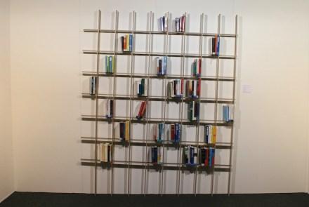 """Bücher, die nicht kippen, weil das Regal schief steht. Design von <a href=""""http://www.breuerbono.com""""target=""""_blank"""">Martin Breuer Bono</a>, Österreich."""