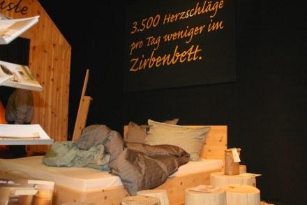"""Schlafen und dabei auch noch das Herz entlasten, verspricht die österreichische Firma <a href=""""http://www.hubert-feldkircher.at/""""target=""""_blank"""">Hubert Feldkircher</a> mit ihren Bettgestellen aus dem teuren Holz der Zirbelkiefer."""