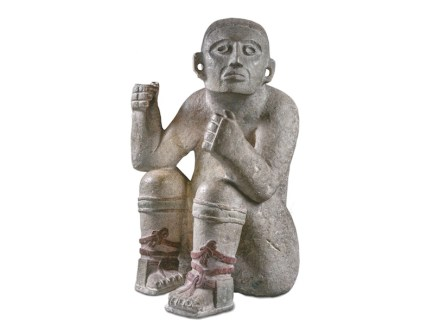 Fahnenträger. Stein, 800-1250 n. Chr., INAH, Yucatán. Die Bildhauer der Maya erfassten sehr gekonnt Form und Ausdruck des menschlichen Körpers und dokumentierten die ästhetischen Veränderungen am Kopf der Person, wie zum Beispiel die Deformation des Schädels, die Perforationen der Ohrläppchen und das kahl geschorene Stirnhaar.