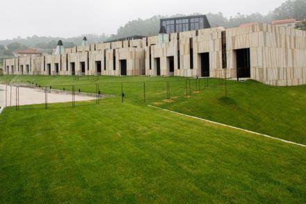 A Pousada de Armenteira está composta na forma de terraços e assim dialoga com os tipos de gramados e jardins da vizinhança.