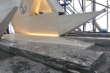 Il pavimento del monumento è stato rivestito da marmo con venature simili a onde.