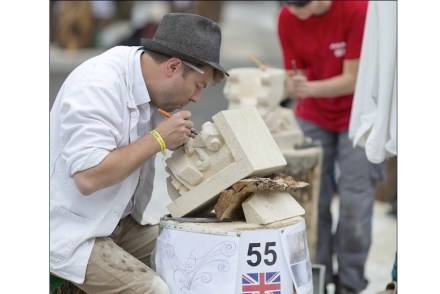 Sieger in der Kategorie der Meister: der englische Bildhauer Alex Wenham mit seinem modern interpretierten Kapitell.
