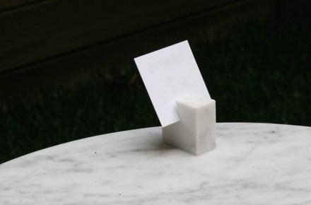 Aliás, a empresa recicla resíduos da produção destas peças de mármore imediatamente e faz disso porta-cartões. Foto: Peter Becker