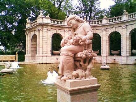 Dornröschen am Märchenbrunnen in Berlin-Friedrichshain, im Tiefschlaf bis der Prinz kommt und per Kuss sie und die Rosen und die Katz' weckt. Foto: Boonekamp / Wikimedia Commons