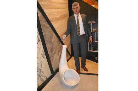Attraktion am Stand von Stone Studio war ein Horn aus Marmor, das wie ein Schalltrichter die Schwingungen aus einer nur Handteller großen Klangquelle verstärkte. Auf dem Foto demonstriert Burak Alimoglu die Funktionsweise.